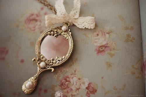grand maitre occulte rituel avec un petit miroir